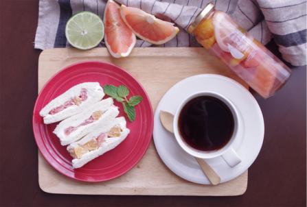 《シトラス3種のフルーツピクルス》のサンドイッチ