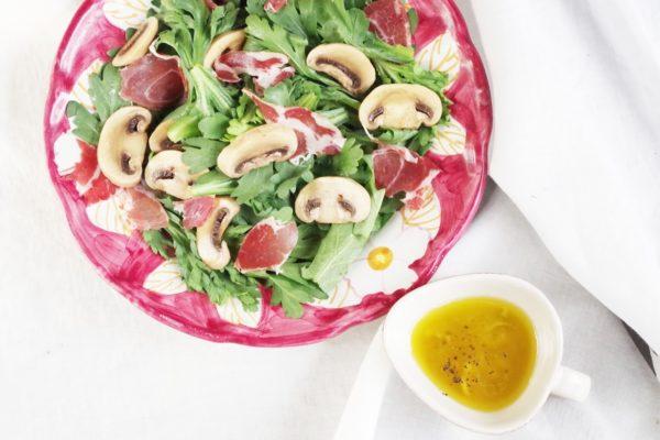 《舟形マッシュルームのピクルス》と春菊のわさび風味サラダ