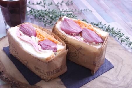 《ベビー玉ねぎのワイン染ピクルス》のボリュームサンドイッチ