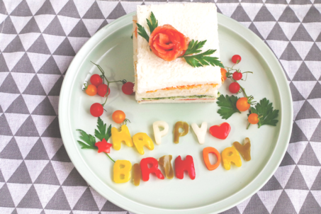 《メッセージピクルスHAPPY BIRTHDAY》のサンドイッチケーキ