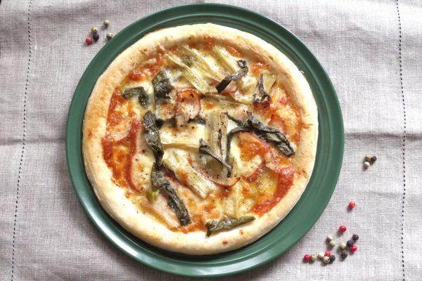 《焼き九条ネギのピクルス》とチキンのチーズピザ